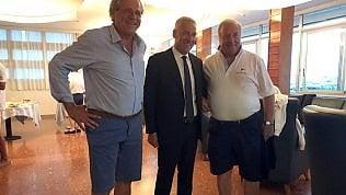 Viareggio, alla cena pacificatrice in bermuda il sindaco si presenta in abito scuro e cravatta